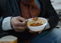 Ételt osztanak Mikulás alkalmából Gyulán